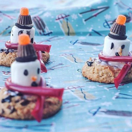 biscuits avoine choco quinoa, biscuits, biscuits à l'avoine, oatmeal cookies, quinoa cookies, biscuits au quinoa, chocolate chip cookie, soft cookie, biscuits tendres, biscuits moelleux, kids dessert idea, idée dessert enfant, la petite bretonne, snowman, bonhomme de neige, marshmallow, guimauve, decoration, biscuit de noël, christmas cookie, holiday cookie, energy snack, collation energie